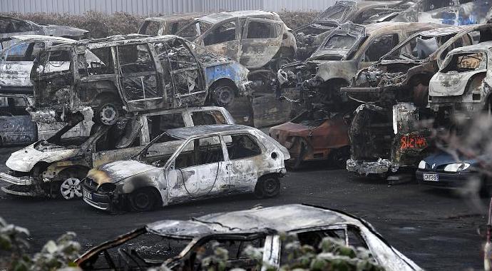 Fransa'da yılbaşı gecesi 200'den fazla araç yakıldı! 20 polis memuru yaralandı