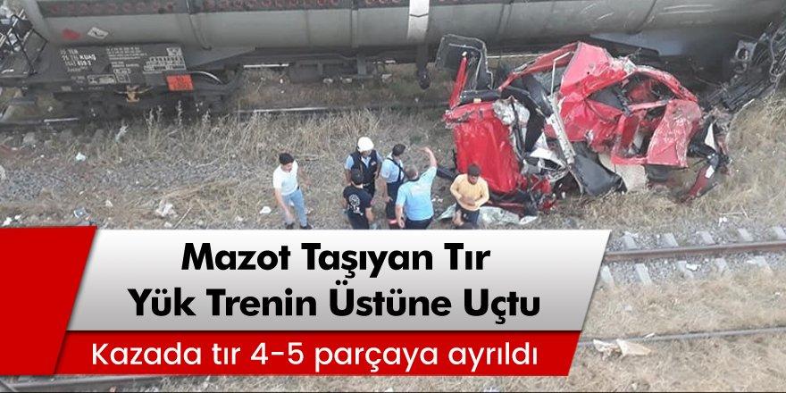 Mersin'de mazot taşıyan tır, köprüden yük treninin üstüne uçtu