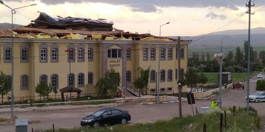 Sivas'ta Kuvvetli rüzgar adalet sarayının çatısını uçurdu