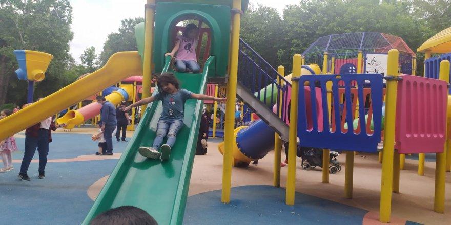 Denizli'de Parklar çocuklarla doldu