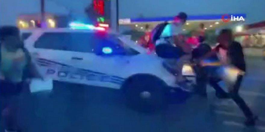 ABD'de protesto etmek için toplanan kalabalığın üzerine polis aracını sürdü