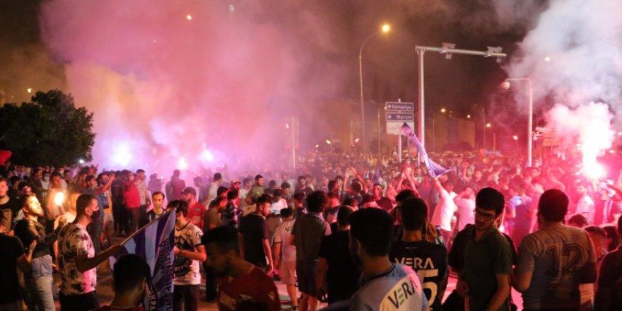 Adana Demirsporlu taraftalar sosyal mesafe kurallarını hiçe sayarak kutlama yaptı