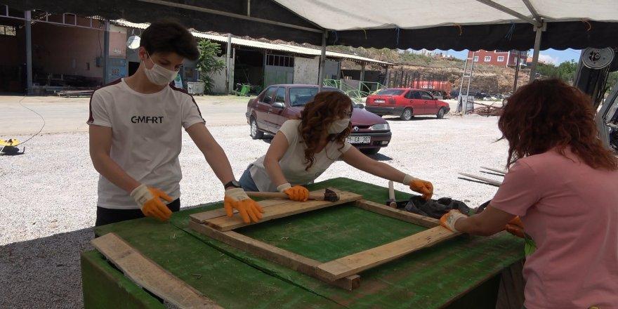 Kırıkkale'de Gönüllü gençler sokak hayvanları için kulübe yapıyor