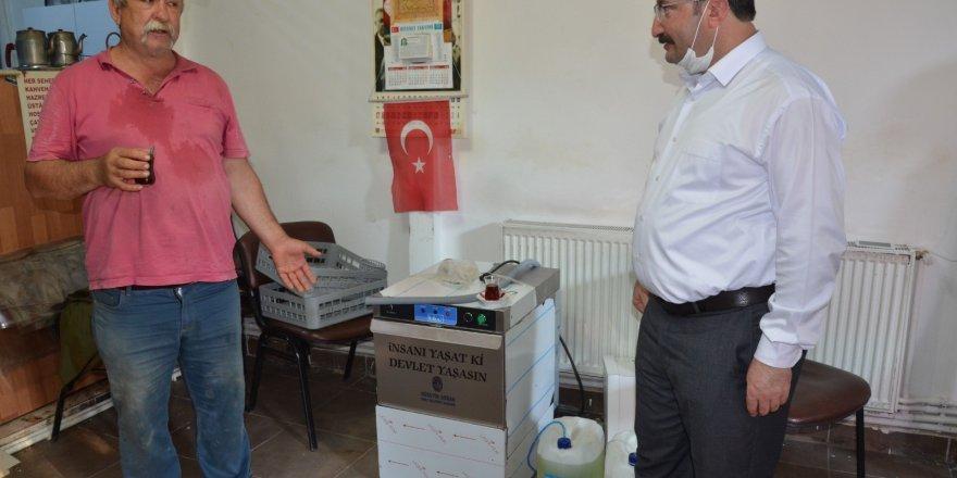 Belediye Başkanı kahvehane ve parklara bardak yıkama makinesi dağıttı