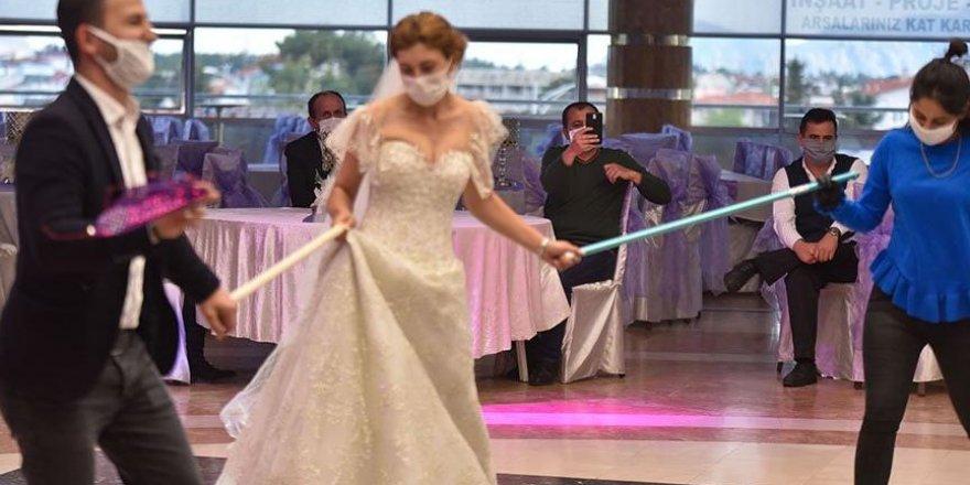 Bakandan uyarı! Düğünlerde sosyal mesafeye dikkat!
