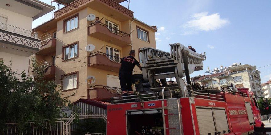 Afyonkarahisar'da İtfaiye ekipleri çatı saçağına sıkışan güvercin için seferber oldu