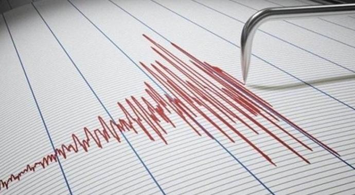 Akhisar'da meydana gelen 4.8 büyüklüğündeki deprem sonrası  bina çöktü