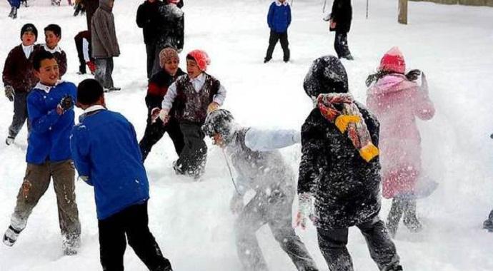 Sivas Suşehri'nde taşımalı eğitime bir gün kar arası