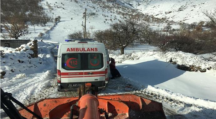 Kar yolları kapattı, engelli gencin imdadına şantiye ekipleri yetişti