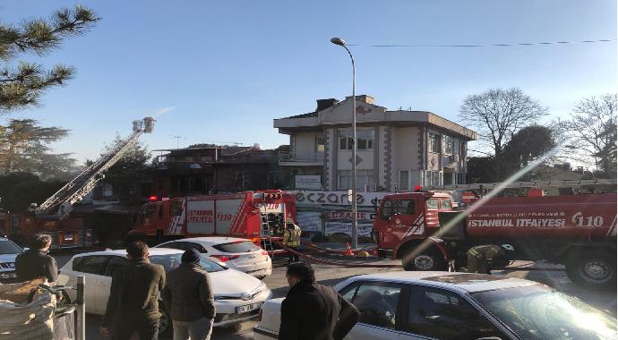 Kadıköy'de çıkan yangın 1 restoran 2 evin çatısını kül etti