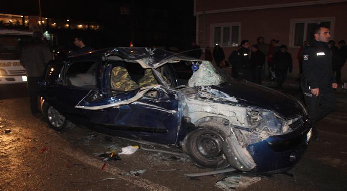 Otomobil duran araçlara çarptı: 4 Yaralı