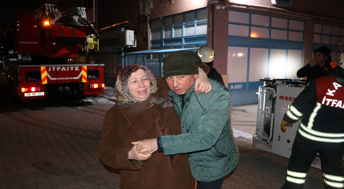 Kayseri'de yangın paniği: Binada mahsur kalanlar itfaiye merdiveni ile kurtarıldı