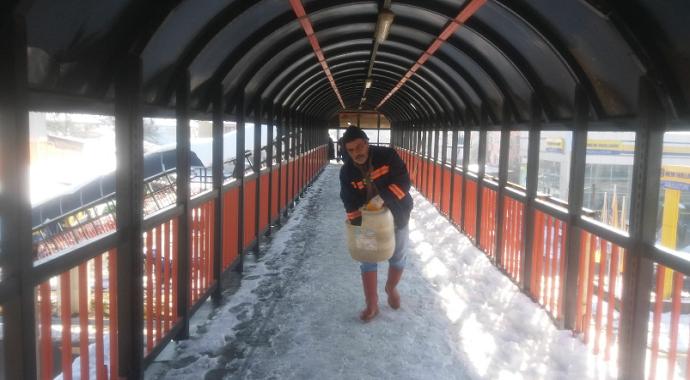 Köprü ve üst geçitler karlar kürendi