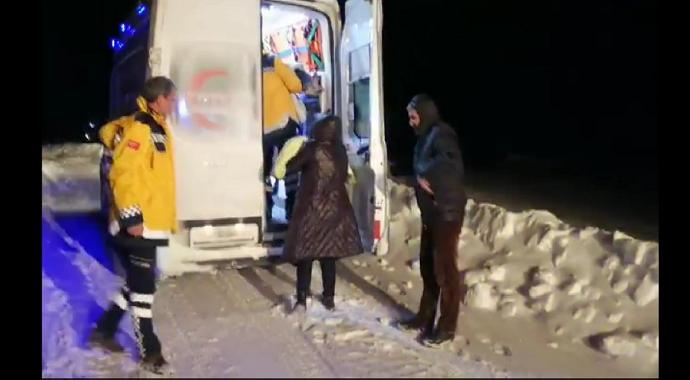 Bingöl'de karlı yollar hasta olan çocuklar için aşıldı