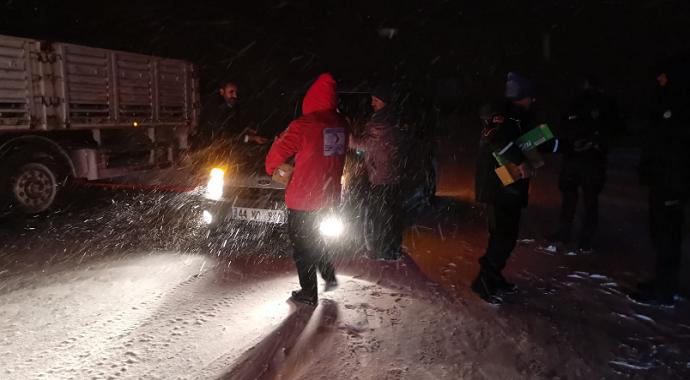 Türk Kızılayı Malatya'da yolda kalan araç sürücülerine kumanya dağıttı