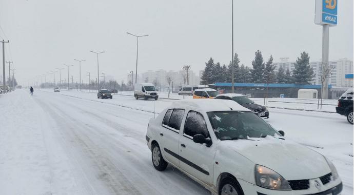 Diyarbakır'da kar sürücülere zor anlar yaşattı