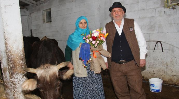 Erzurum'un Oltu ilçesinde 42 yıllık eşine ahırda Sevgililer Günü sürprizi
