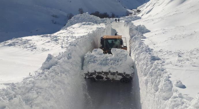 Türkiye'nin Doğusu kara kışla mücadele ediyor! Çeşitli yerleşim yerine ulaşım sağlanamıyor