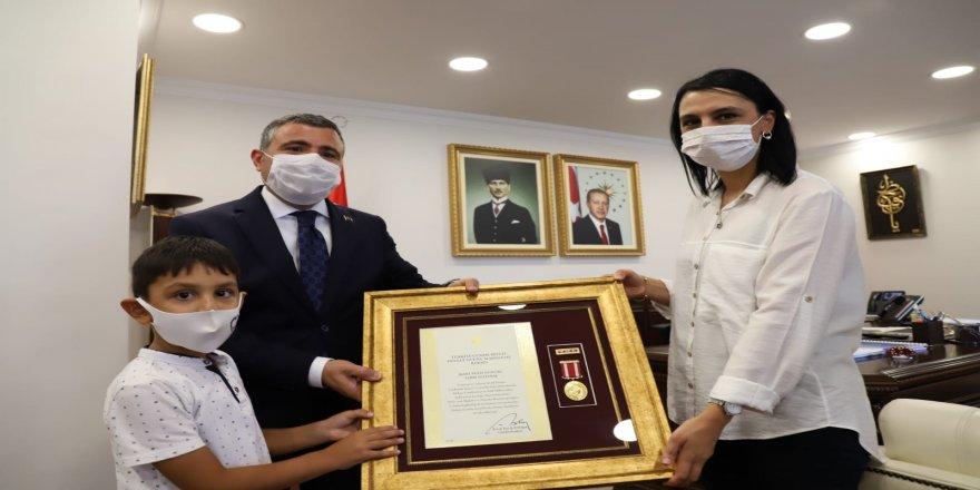 """Şehit, Sabri Altınbaş'ın """"Devlet Övünç Madalyası ve Beratı"""" eşine takdim edildi!"""
