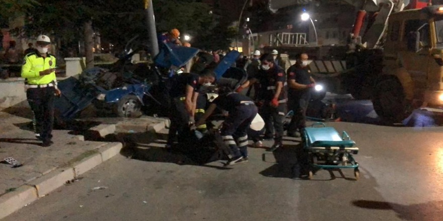 Önce yayaya sonra elektrik direğine çarpan otomobil paramparça oldu:1 ölü 4 yaralı