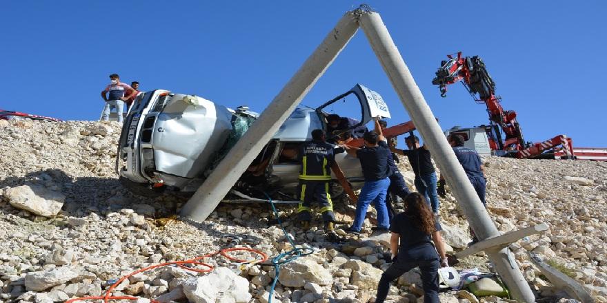 Aşırı hız yine can aldı! Antalya'da meydana gelen kazada:1 ölü, 2 yaralı