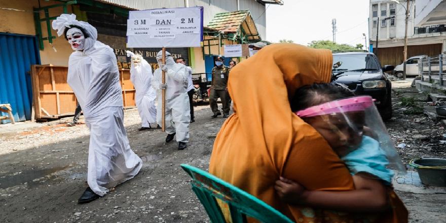 Endonezya'da maske takmayan kişiler bu şekilde cazalandırılıyor!