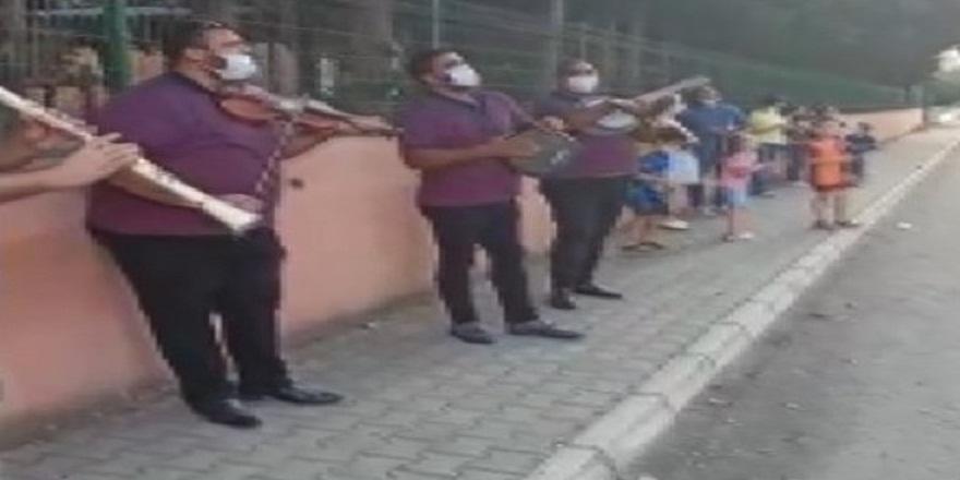 Hatay'da ailesi ile birlikte Covid-19'a yakalanan okul müdürüne mahalleli müzik ekibiyle moral verdi
