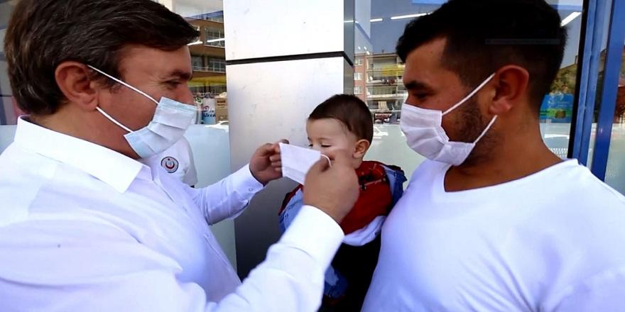 Aksaray valisi  Hamza Aydoğdu vatandaşlara kendi elleri ile maske taktı!
