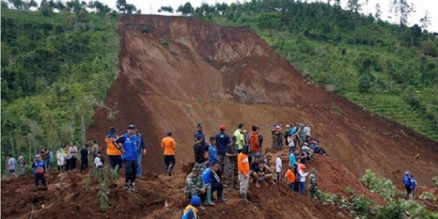 Endonezya'da meydana gelen heyelan sonucu 14 kişi hayatını kaybetti