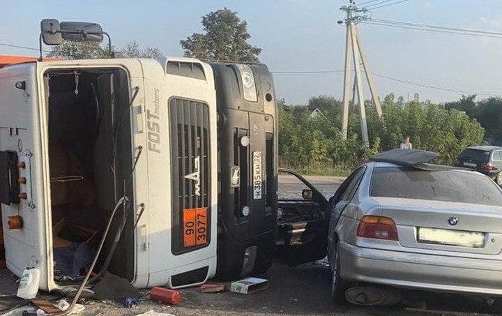Rusya'da  aşırı hız yapan bir araç çöp kamyonuna çarptı
