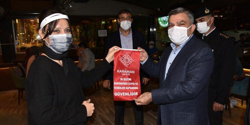 Karaman'da korona virüs tedbirlerine  uyan işletmelere 'Güvenilir' yazılı flama
