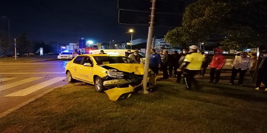 Kocaeli Gebze'de taksi ile hafif ticari araç çarpıştı: 2 yaralı