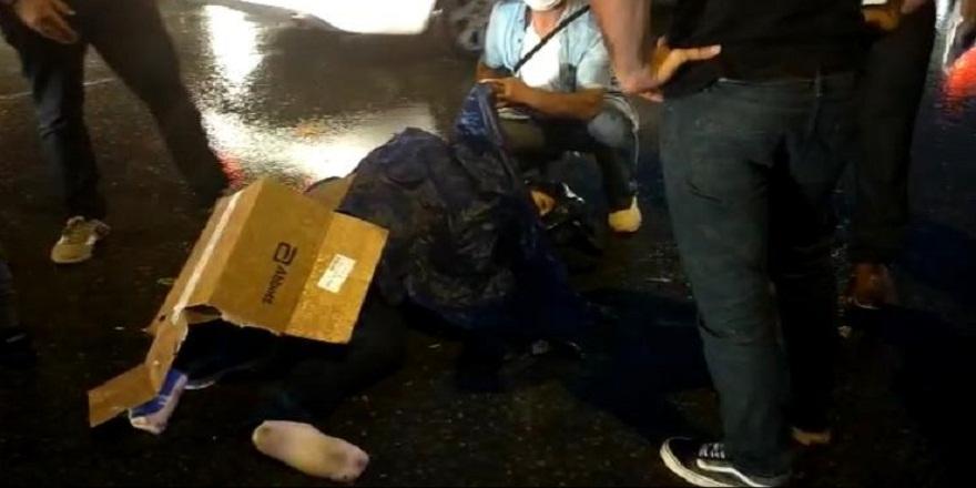 Sultanbeyli'de kazada yaralanan motosiklet sürücüsünü vatandaşlar kartonla yağmurdan korudular