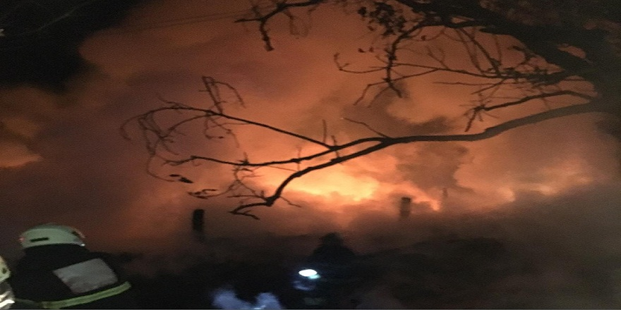 Kastamonu Taşköprü'de 3 katlı ahşap ev  alev alev yandı