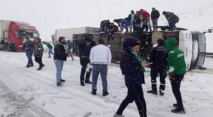 Erzurum'da Bursaspor taraftarını taşıyan otobüs devrildi