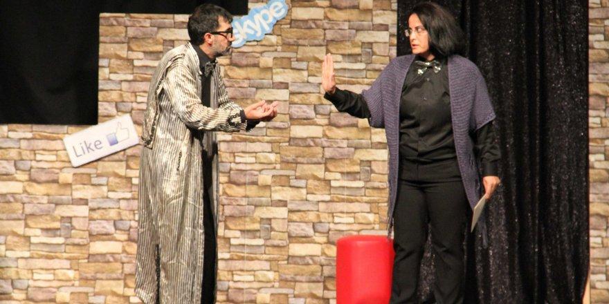 Vatandaşlar, kültür merkezlerinde tiyatro oyunlarını izleyerek değerlendirdi