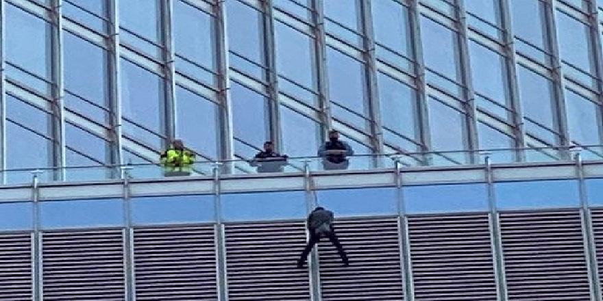 Trump ile görüşmek isteyen adam,16. kattan kendini, iple sarkıttı