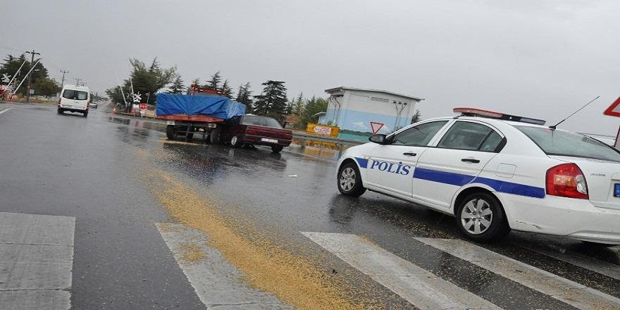 Konya Akşehir'de,buğday yüklü  traktör ile otomobil çarpıştı: 2 yaralı
