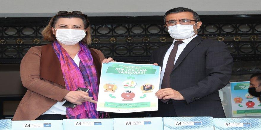 İzmit Belediye Başkanı Fatma Kaplan Hürriyet, Sıfır Atık Projesi ile ilgili okulları bilgilendiriyor