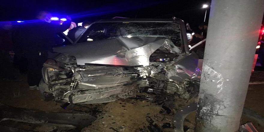 Bilecik'te kamyonet aydınlatma direğine çarptı 3 yaralı
