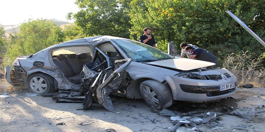 Elazığ'da iki otomobilin çarpışması sonucu oluşan kazada 2 kişi hayatını kaybetti