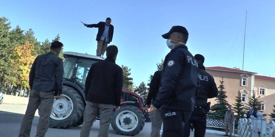 Erzurum'da traktörün üzerine çıkarak boğazına bıçak dayayan yaşlı adamı Vali Memiş ikna etti