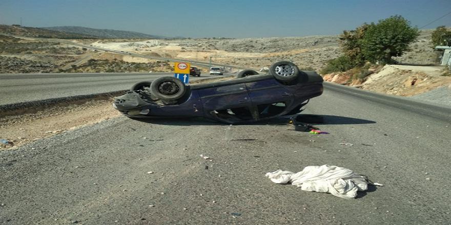 Direksiyon hakimiyetini kaybeden otomobil takla attı 3 yaralı