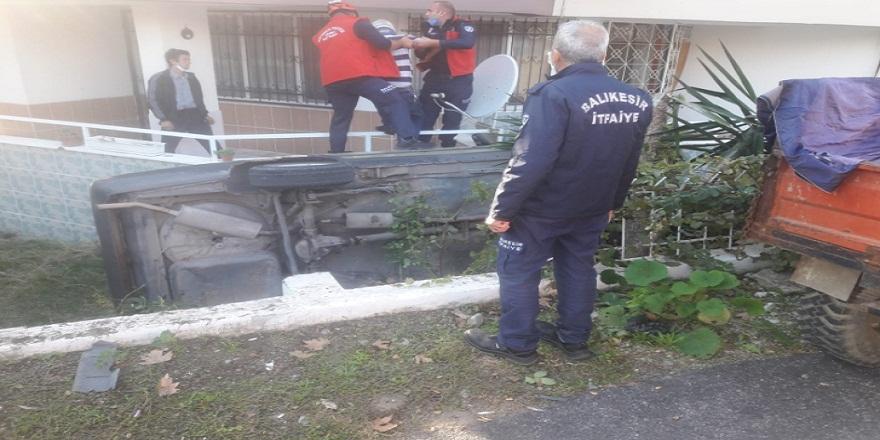 Kontrolü kaybeden otomobil bir evin bahçesine girdi