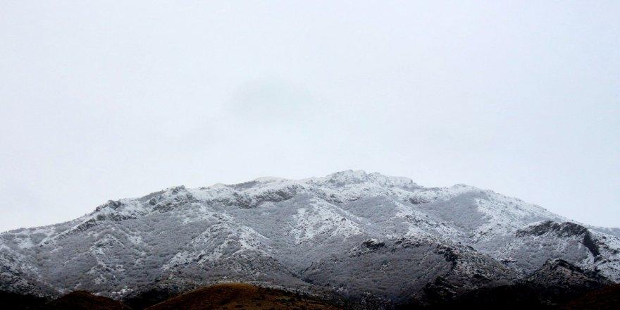Doğu Anadolu Bölgesinde Erzincan'ın, yüksek kesimlerine kar yağdı