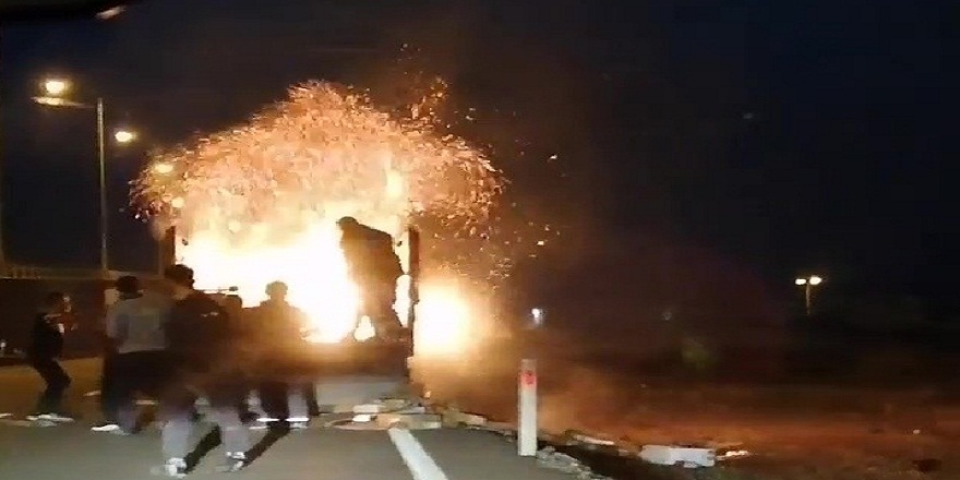 Antalya'da seyir halindeki kamyonun kasası alev alev yandı