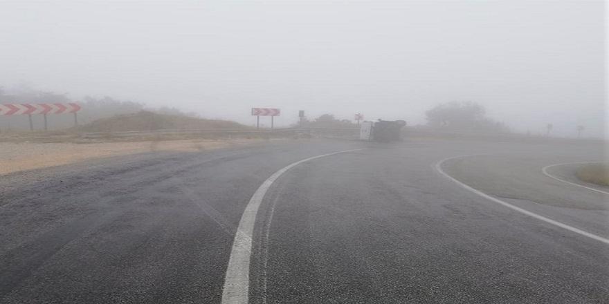 Yoğun sis sebebiyle virajı alamayan araç bariyerlere çarparak devrildi