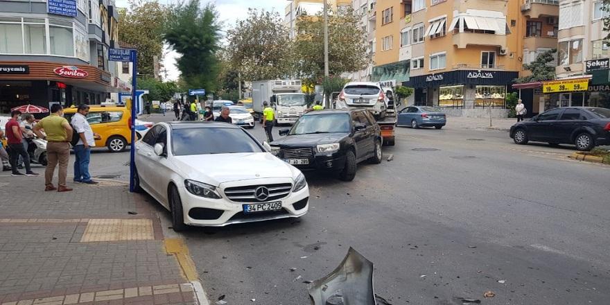 Antalya Alanya'da aşırı hız yapan otomobil trafiği birbirine kattı