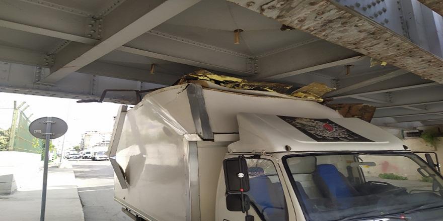 İstanbul Fatih'te kamyonet üst geçide sıkıştı