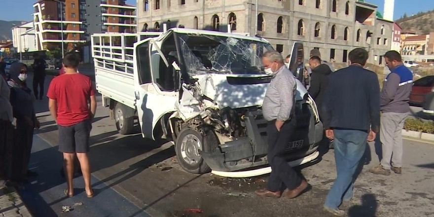 Direksiyon hakimiyetini kaybeden kamyonet park halindeki otomobile çarptı